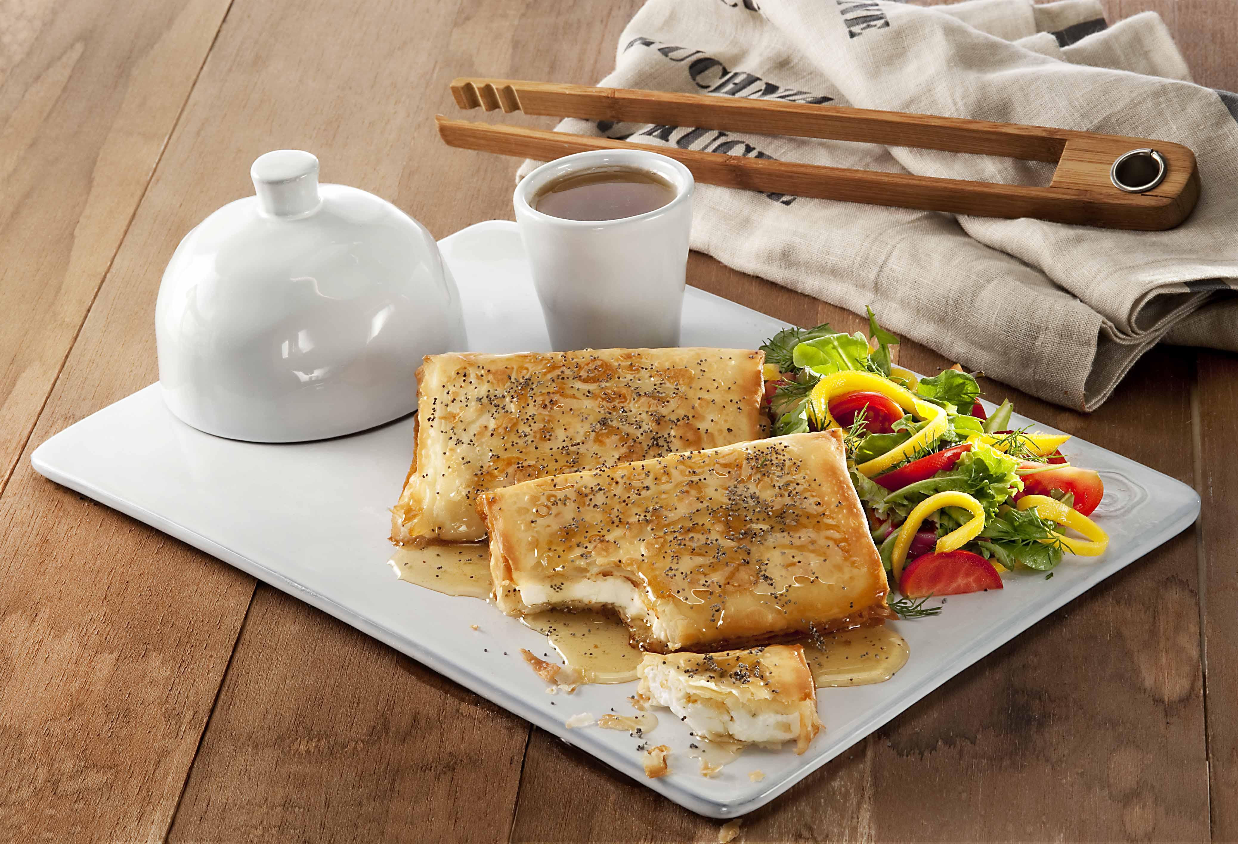Τηγανητά φακελάκια με φέτα, γλυκόξινη σάλτσα και παπαρουνόσπορο