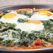 Πίτσα με σπανάκι, αυγά μάτια και βιολογική φέτα Χωριό