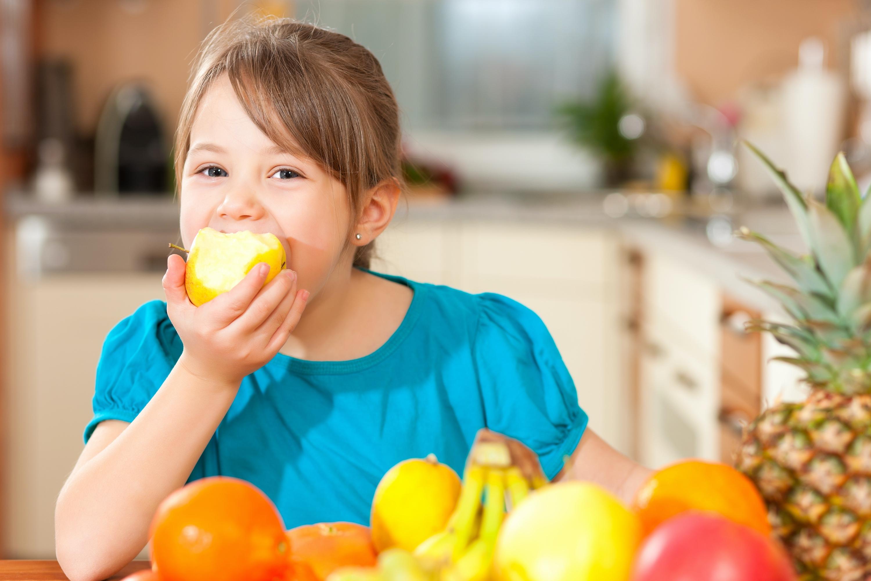 Πώς θα μάθετε το παιδί να τρώει φρούτα, λαχανικά, ψάρι και όσπρια