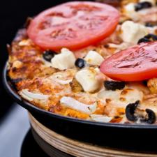 Πίτσα του αγρότη με Χωριό φέτα ή Χωριό ελαφρύ, πιπεριές και βιολογικές ελιές Καλαμών