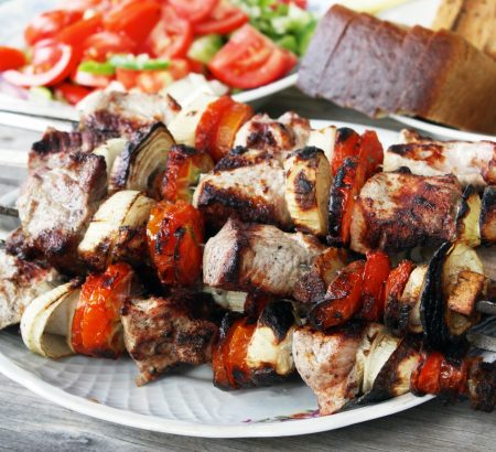 Colorful pork souvlaki (with peppers, cherry tomatoes and prosciutto)