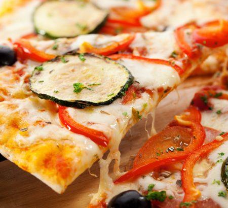 Πίτσα για χορτοφάγους, με γραβιέρα, μελιτζάνα, κολοκυθάκι, πιπεριά και βιολογικές ελιές Χωριό