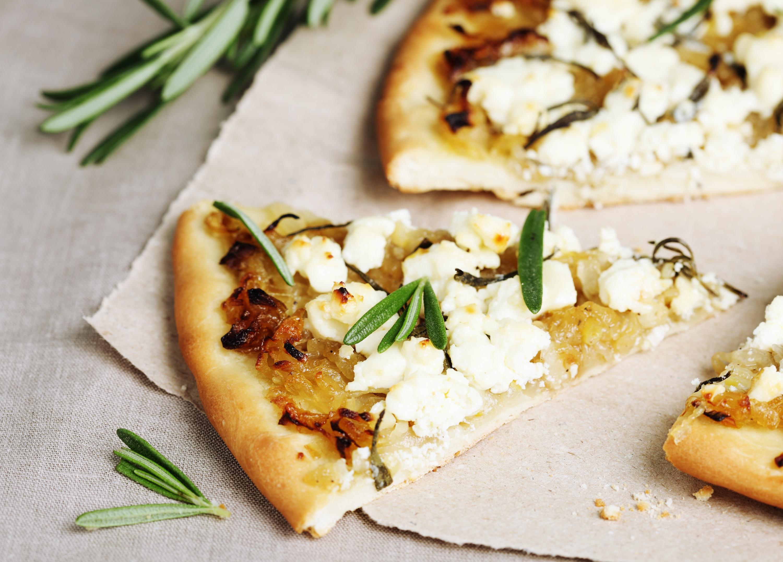 Λαχταριστή πίτσα με φέτα, ντομάτα, ελαιόλαδο και θυμάρι