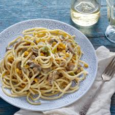 Μακαρονάδα για χορτοφάγους με λευκή σάλτσα, μανιτάρια και πιπεριές