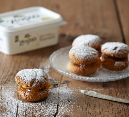 Almond pastries with marmalade