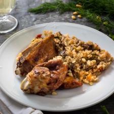Αρνάκι γεμιστό με ρύζι, κουκουνάρι και μπαχαρικά (Μαούρι)