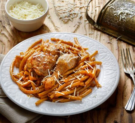 Rooster with pasta, red sauce and Horio graviera cheese