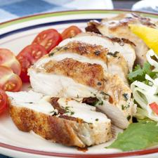 Κοτόπουλο γεμιστό με γραβιέρα, λιαστή ντομάτα και βασιλικό