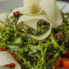 Πράσινη σαλάτα με γραβιέρα, μέλι και σουσάμι