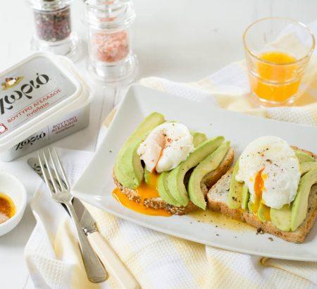 Φρυγανισμένο ψωμί με αβοκάντο, αυγά ποσέ και καβουρδισμένο βούτυρο