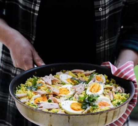 Ρύζι με κάρυ, καπνιστή πέστροφα και αυγά