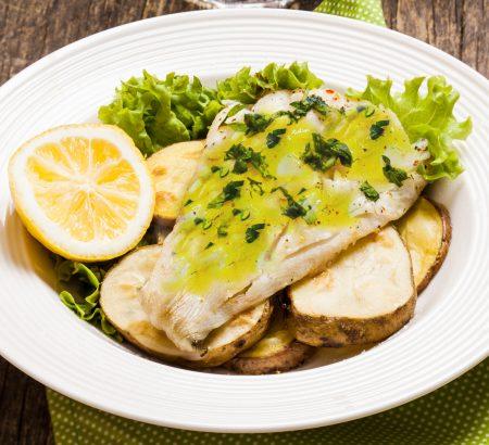 Μπακαλιάρος με πατάτες, πουρέ κρεμμυδιού και σάλτσα μουστάρδας