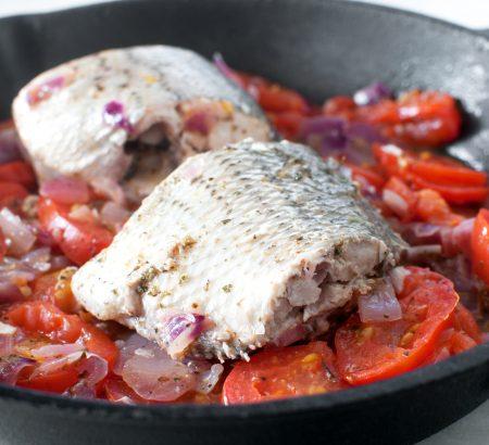 Λαβράκι στην κατσαρόλα με ζωμό και λαχανικά
