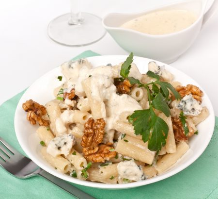 Pasta with blue cheese and roasted walnuts